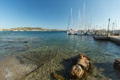 Segelbåtar deltar i seglingregatta Ellada Royaltyfria Bilder
