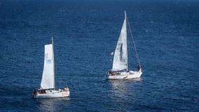 Segelbåtar eller yachter som seglar i det öppna havet stock video