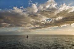 Segelbåtar framme av en silhouetted ö av Capri Royaltyfri Fotografi