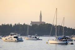 Segelbåtar framme av tornet för helgonEuphemia klocka Royaltyfri Foto