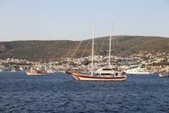 Segelbåtar i den Bodrum staden arkivbild