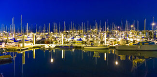 Segelbåtar i den vindstilla Montereyen härbärgerar på pir vid nig Royaltyfri Fotografi