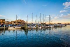Segelbåtar i en marina på solnedgången, i Annapolis, Maryland Arkivbild