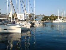 Segelbåtar i hamn Arkivfoto