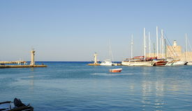 Segelbåtar i hamnen på ön av Rhodes i Grekland Royaltyfri Bild