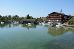Segelbåtar i marina på Chiemsee sjön i Tyskland Arkivfoto