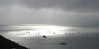 Segelbåtar i solcirkel Arkivbild