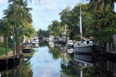 Segelbåtar med reflexioner i en kanal i Florida Royaltyfri Foto
