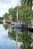 Segelbåtar med reflexioner i en kanal i Florida Royaltyfria Bilder
