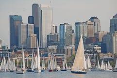 Segelbåtar mot en Seattle horisont Royaltyfri Fotografi