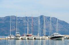 Segelbåtar nära kusten av Budva i bakgrunden av berg Arkivfoton