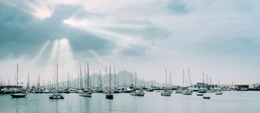 Segelbåtar och nöjefartyg i porto den stora fjärden av den historiska staden Mindelo Solstrålar Royaltyfria Bilder