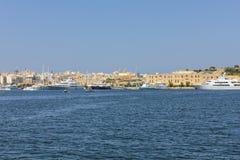 Segelbåtar och yachter ankrar på den gamla hamnen i La Valletta Arkivfoto