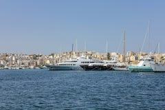 Segelbåtar och yachter ankrar på den gamla hamnen i La Valletta Arkivbilder