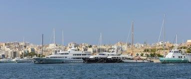 Segelbåtar och yachter ankrar på den gamla hamnen i La Valletta Royaltyfria Bilder
