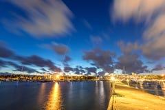 Segelbåtar och yachter i marina på natten med molnig himmel Royaltyfria Foton