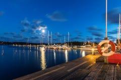 Segelbåtar och yachter i marina på natten Nynashamn sweden Arkivbild