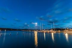 Segelbåtar och yachter i marina på natten Nynashamn sweden Arkivfoton
