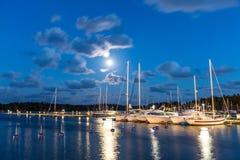 Segelbåtar och yachter i marina på natten Nynashamn sweden Arkivfoto