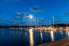 Segelbåtar och yachter i marina på natten Nynashamn sweden Royaltyfria Foton