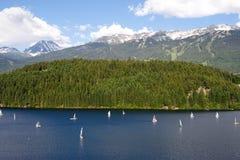 Segelbåtar på Alta Lake, Whistler arkivbilder