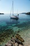 Segelbåtar på ankrar fotografering för bildbyråer