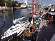 Segelbåtar på besökarekajen Royaltyfri Fotografi