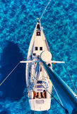 Segelbåtar på den Cala Saona fjärden royaltyfria bilder