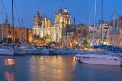 Segelbåtar på den Senglea marina i den storslagna fjärden, Valletta, Malta Fotografering för Bildbyråer