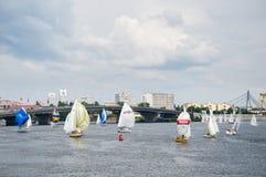 Segelbåtar på Dniproen Fotografering för Bildbyråer