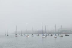 Segelbåtar på en dimmig morgon Fotografering för Bildbyråer