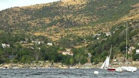 Segelbåtar på en sjö arkivfilmer