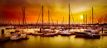 Segelbåtar på hamnen på den orange solnedgången i La Rochelle, Frankrike Royaltyfria Foton
