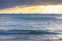 Segelbåtar på horisonten fotografering för bildbyråer