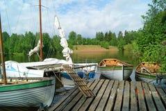 Segelbåtar på pir Royaltyfri Bild