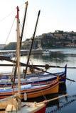 Segelbåtar på pir i morgonen på sjön Royaltyfri Fotografi