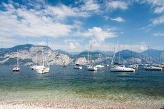 Segelbåtar på sjön Garda Arkivfoton