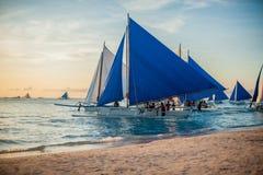 Segelbåtar på solnedgången, Boracay ö Royaltyfria Bilder