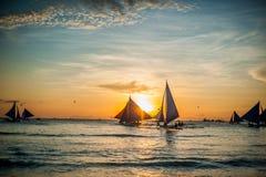Segelbåtar på solnedgången, Boracay ö Arkivbild