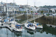 Segelbåtar på St Peter port, Guernsey Royaltyfria Foton