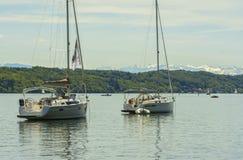 Segelbåtar på Starnberger ser, Tyskland Arkivfoton