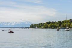 Segelbåtar på Starnberger ser, Tyskland Royaltyfri Bild
