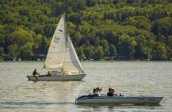 Segelbåtar på Starnberger ser, Tyskland Arkivbild