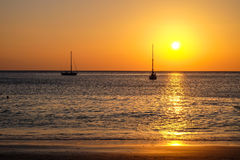 Segelbåtar på stranden Arkivbild