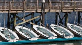 Segelbåtar på vilar Arkivfoton