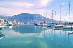 Segelbåtar reflekterade på havsKalamata port Grekland fotografering för bildbyråer