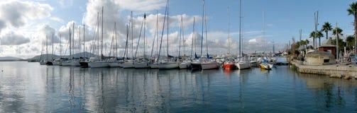 Segelbåtar som förtöjas på den Alghero's hamnen Royaltyfri Bild
