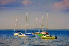 Segelbåtar som förtöjas på hamnen Royaltyfri Fotografi