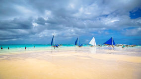 Segelbåtar som fodrar Boracay& x27; vit strand för s, Filippinerna Arkivfoto