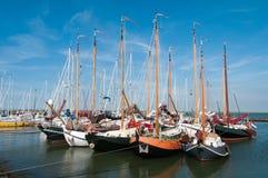 Segelbåtar som lite förtöjas i hamn Arkivfoton